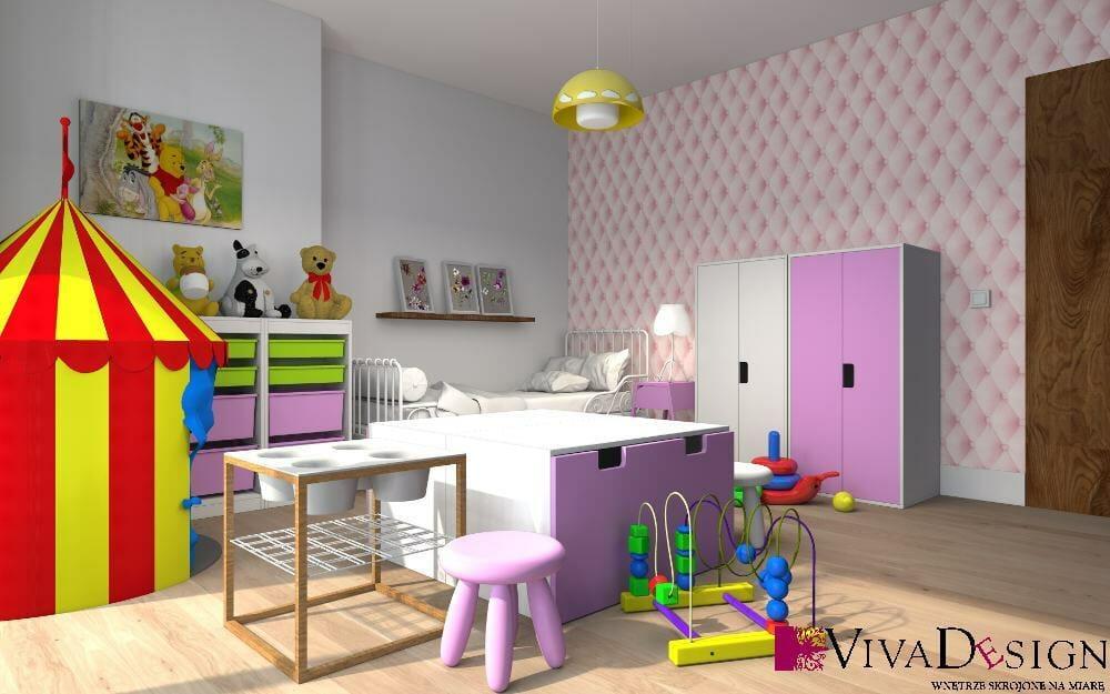 pokój dziewczynki, małego dziecka, ikea, fiolet, jasny, przytulny, miły, ciepły, pikowana ściana, zabawki, wizualziacja, drewniana podłoga, rzeszów, viva design