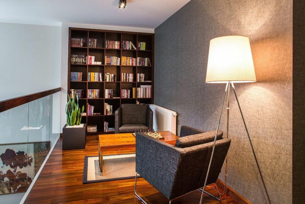 Biblioteka na antresoli luksusowo urządzona duża lampa stojąca - Viva Design