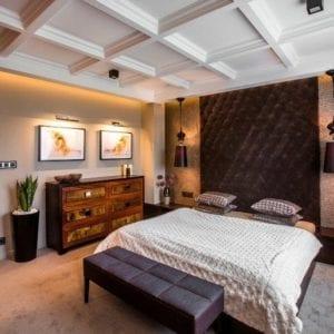 Projektowanie wnętrz - Luksusowo urządzona sypialnia, kasetony, pikowany zagłówek, wykładzina - Viva Design