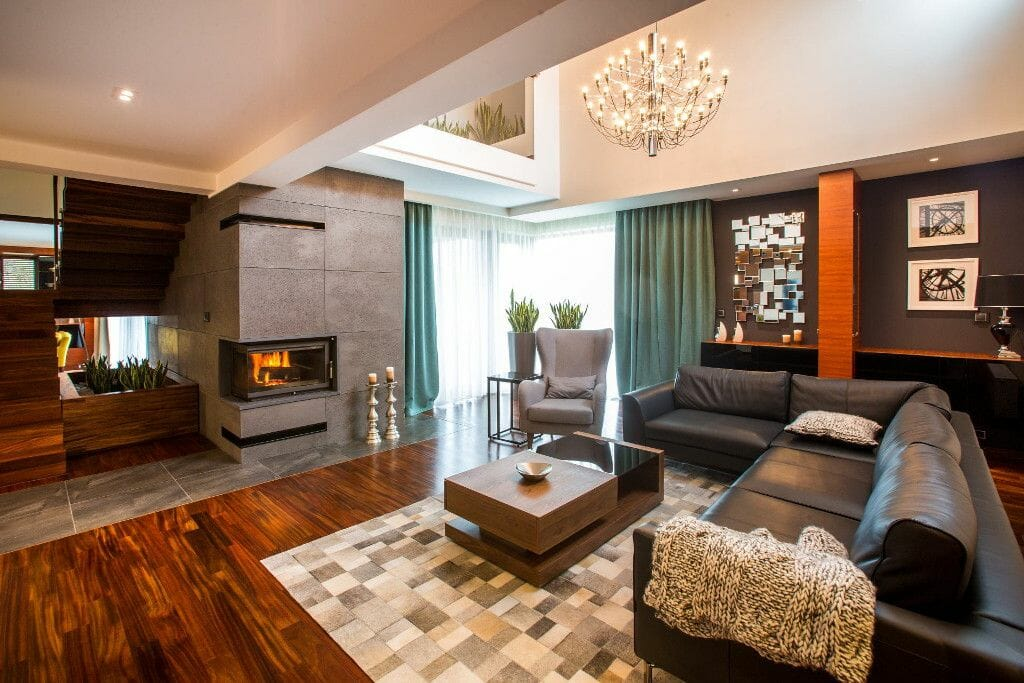 Luksusowy salon, drewno, beton, kominek, skórzany dywan, sofa - Viva Design