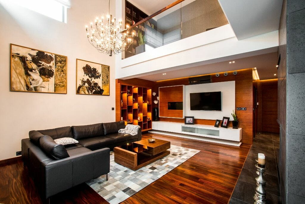 Zdjęcie salonu (parter) z widokiem na ścianę telewizyjną. Ściana telewizyjna zrobiona z okładzin ściennych z drewna naturalnego. Podłoga z drewna litego denya a na niej dywan skórzany. Projekt: Pracownia Projektowania Wnętrz Viva Design, viva design, architekt wnetrz, architekt wnętrz, projektant wnetrz, projektant wnętrz, projektowanie wnetrz, projektowanie wnętrz, architektura wnetrz, architektura wnętrz, interior design, projekty wnetrz, projekty wnętrz, pod klucz, Rzeszow, Rzeszów, Warszawa, Krakow, Kraków
