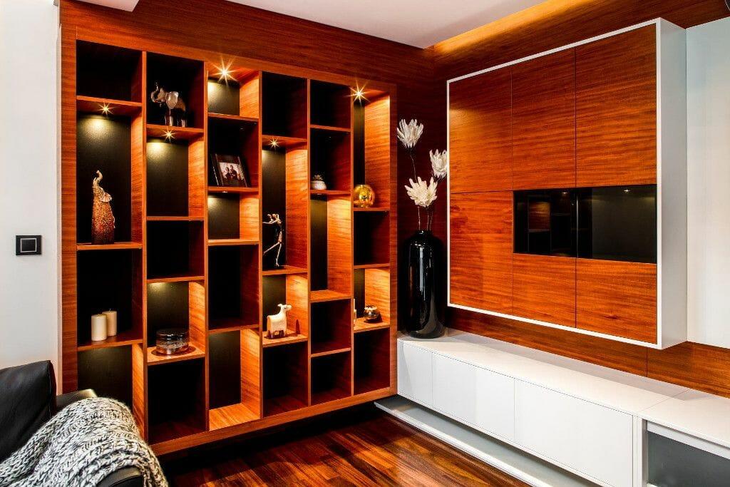 Wykonany na zamówienie regał drewniany w salonie - Viva Design