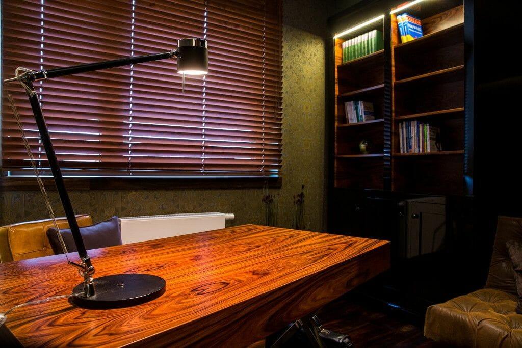 Biurko drewniane z chromowanymi nogami w gabinecie - Viva Design