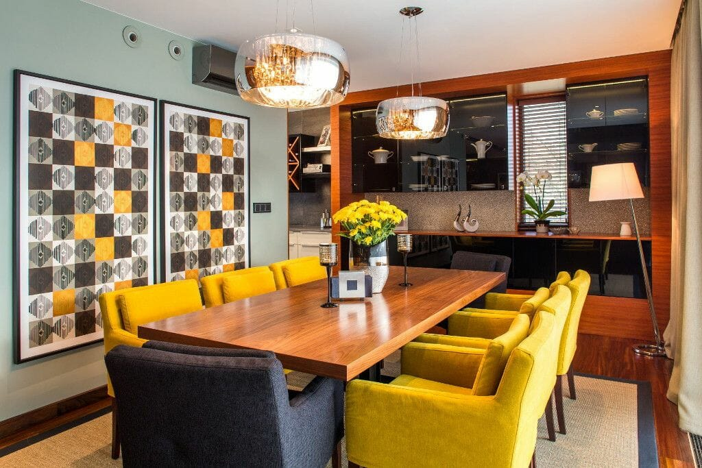 Luksusowa jadalnia obrazy geometryczne fotele z podłokietnikami musztardowe stół drewniany art deco