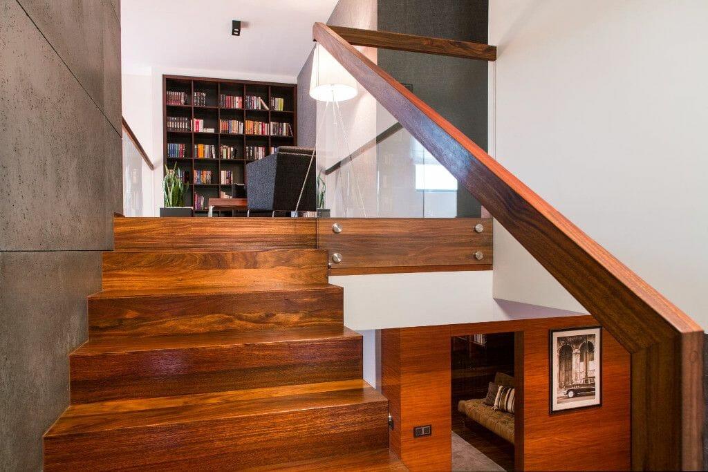 Schody drewniane dywanowe z balustradą ze szkła i drewniane poręcze - Viva Design