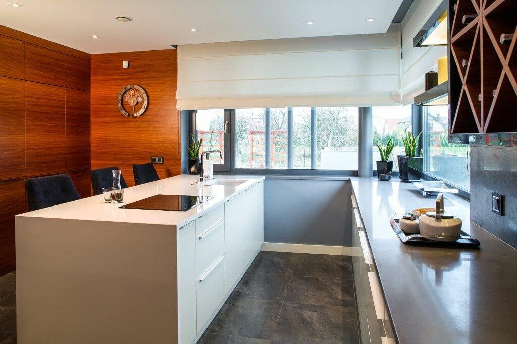 Jasna kuchnia z wyspą urządzona luksusowo - Viva Design