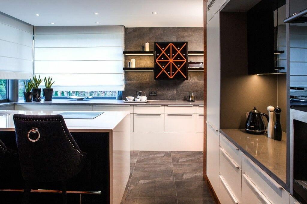 Kuchnia z oryginalną szafką na wino - Viva Design