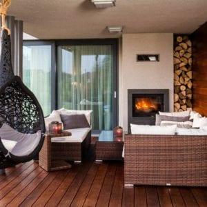Wyjątkowy taras z kominkiem i wulkanicznym hamakiem - Viva Design