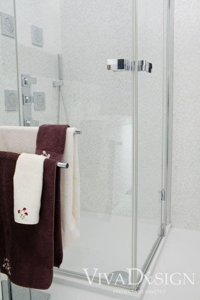 Kabina do łazienki z ręcznikami - realizacja Viva Design