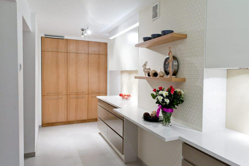 Nowoczesna minimalistyczna jasna kuchnia
