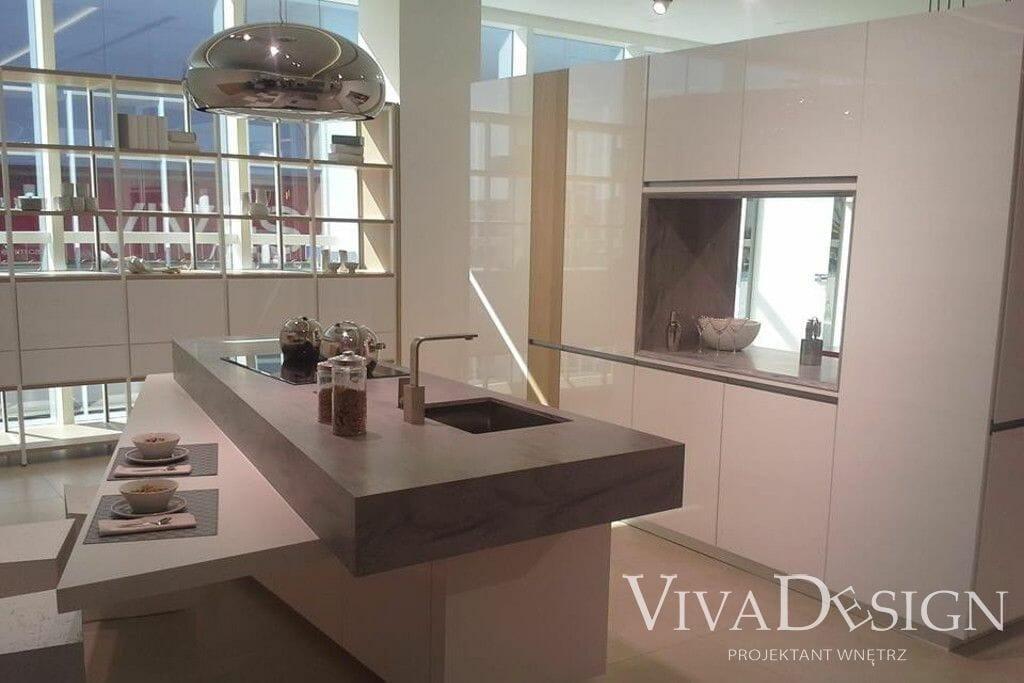 aranżacja nowoczesnej kuchni z wyspą beż - showroom porcelanosa