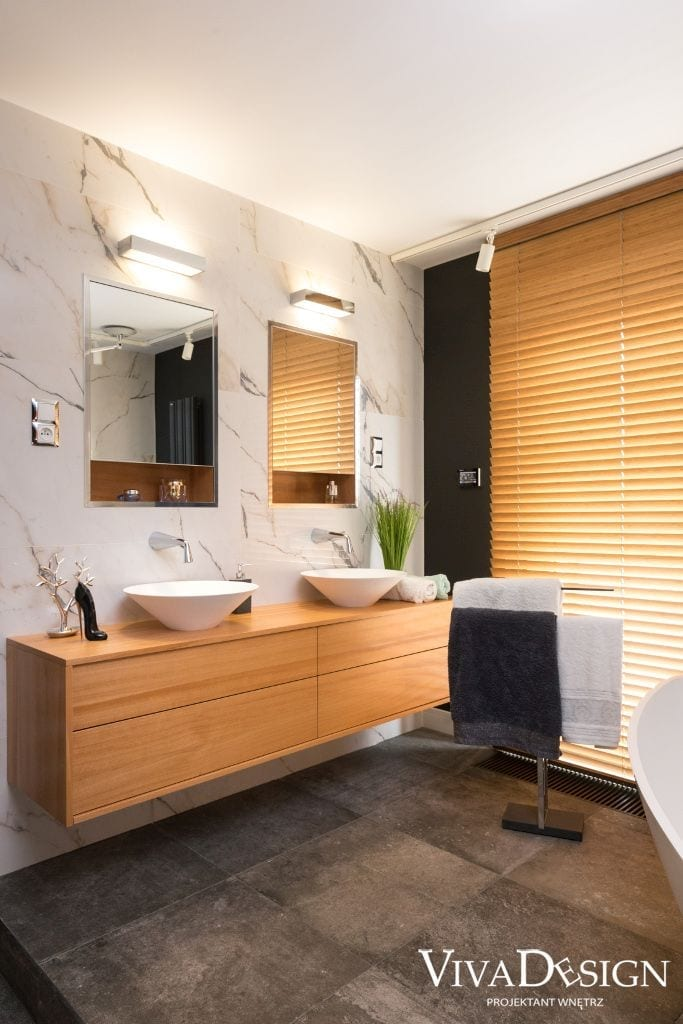 Łazienka z drewnem szafka wisząca dwa lustra drewno w łazience pomysł na łazienkę