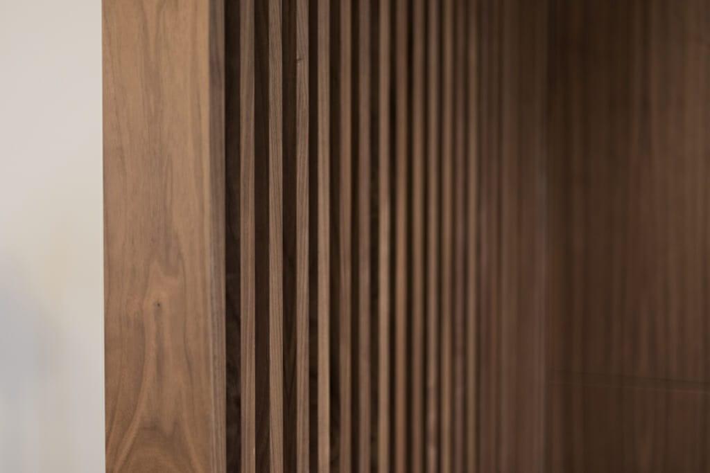 Fornirowany panel ażurowy, apartament pod klucz Jarosław, Projekt: Pracownia Projektowania Wnętrz Viva Design, Fot. Przemysław Kuciński