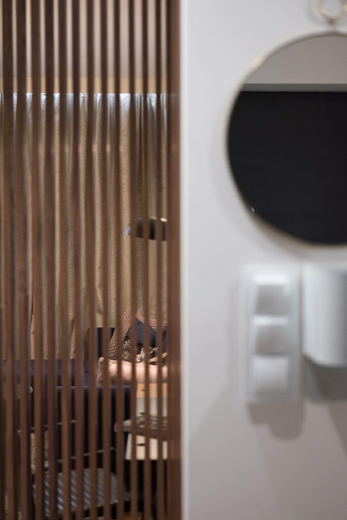 Widok na salon przez ażurowe panele. Projekt: Pracownia Projektowania Wnętrz Viva Design, Fot. Przemysław Kuciński, architektura wnetrz, projektowanie wnętrz, Warszawa, Krakow