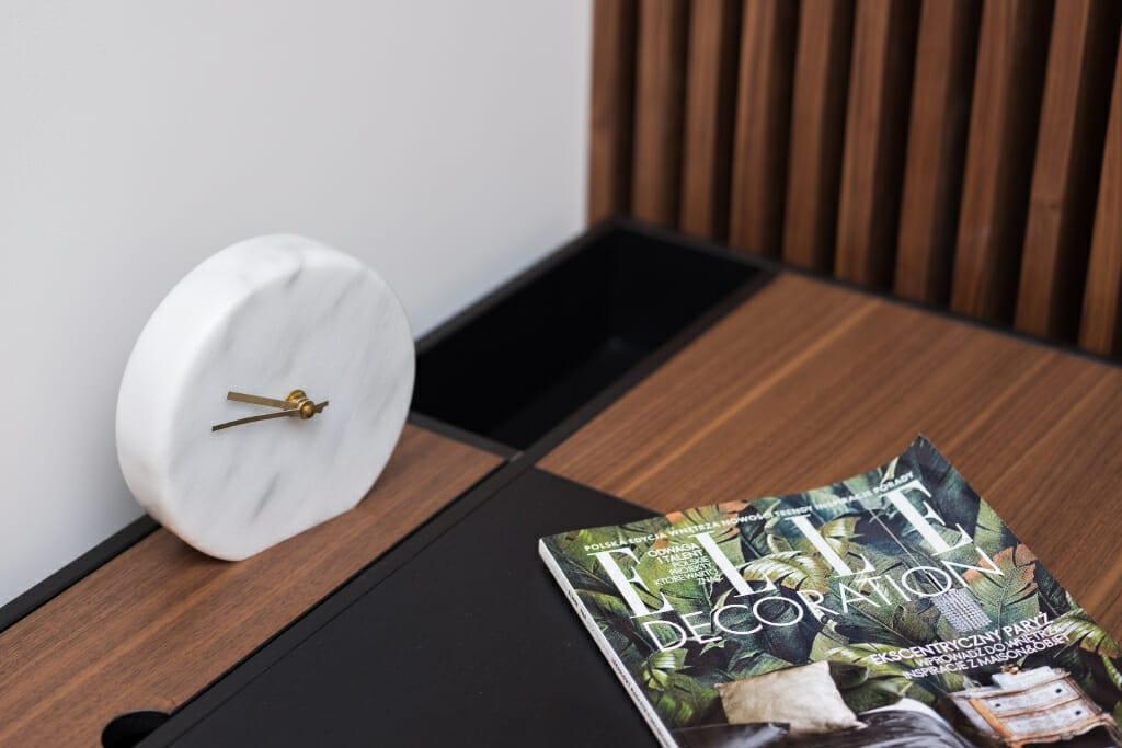 Zdjęcie dodatków BoConcept na biurku BoConcept Cupertino w salonie. Na biurku gazeta Elle Decoration, Projekt: Pracownia Projektowania Wnętrz Viva Design, Fot. Przemysław Kuciński, projektowanie wnętrz, interior design, projekty wnetrz