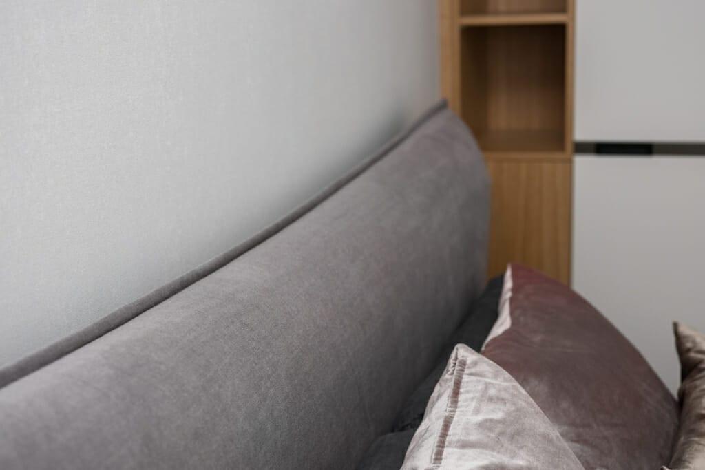 Zdjęcie sypialni widokiem na łóżko BoConcept Gent z poduszkami BoConcept. Na oknach firanki ADO i zasłony Casadeco. Na stoliku lampa Hubsch Bonnie. Na ścianie tapeta Khroma Serenade. Projekt: Pracownia Projektowania Wnętrz Viva Design, Fot. Przemysław Kuciński, projektant wnetrz, architektura wnętrz, projektowanie wnetrz,
