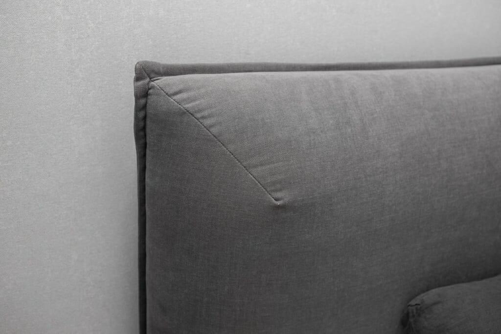 Zdjęcie sypialni widokiem na łóżko BoConcept Gent z poduszkami BoConcept. Na oknach firanki ADO i zasłony Casadeco. Na stoliku lampa Hubsch Bonnie. Na ścianie tapeta Khroma Serenade. Projekt: Pracownia Projektowania Wnętrz Viva Design, Fot. Przemysław Kuciński, interior design, Rzeszow, architektura wnetrz, projektowanie wnetrz, Kraków
