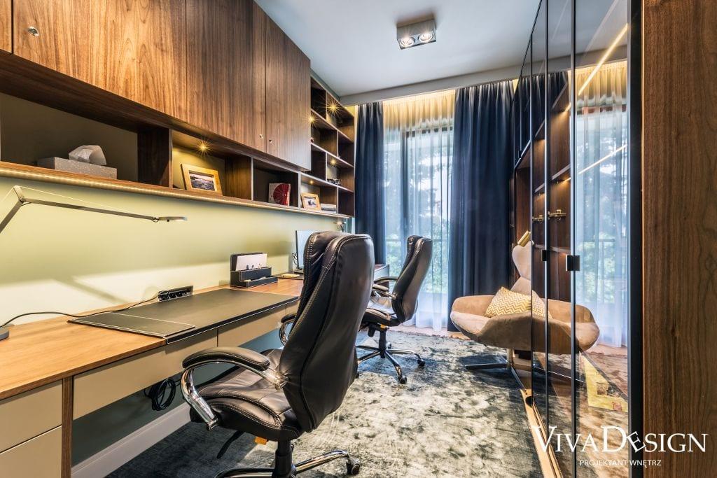 Gabinet w domu z drewnianym długim biurkiem na całej ścianie