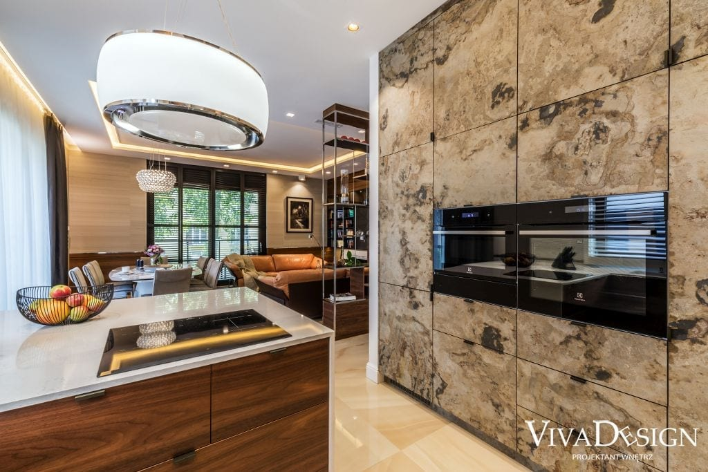 fornir kamienny na frontach w kuchni i wysoka nowoczesna zabudowa w kuchni