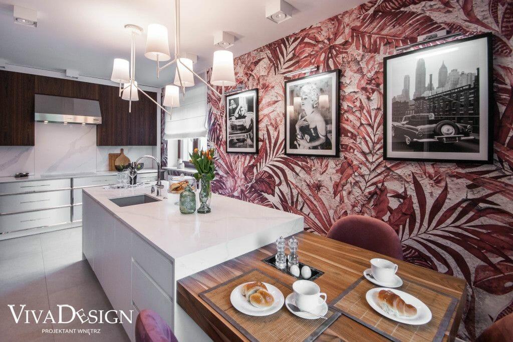 Egzotyczna czerwona tapeta w kuchni z biała wyspą
