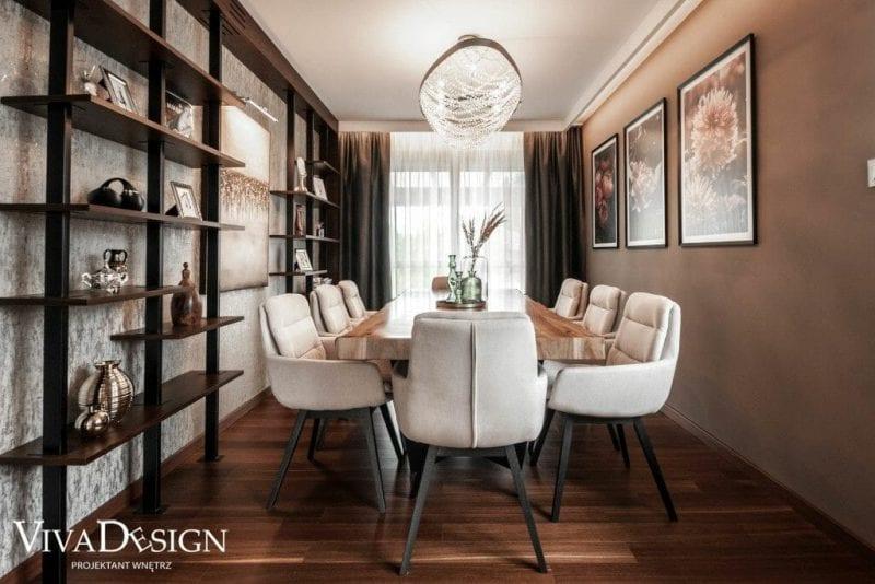 Przytulna jadalnia z drewnianym stołem i białymi krzesłami