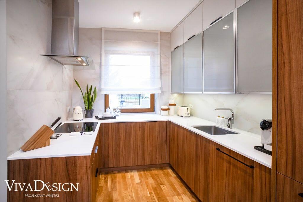 Dom w stylu skandynawskim kuchnia biel drewno zabudowa U białe blaty fronty szkło mleczne w metalowej ramie