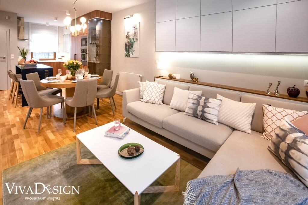 dom w stylu skandynawskim salon sofa ze stolikiem kawowym zabudowa nad sofą