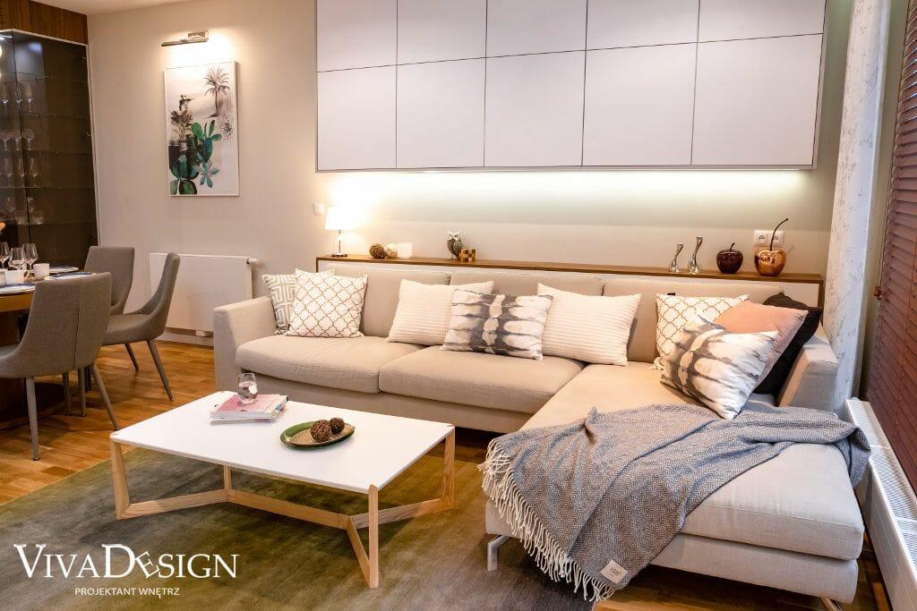dom w stylu skandynawskim sofa tkaniny podszki stolik kawowy zabudowa nad sofą