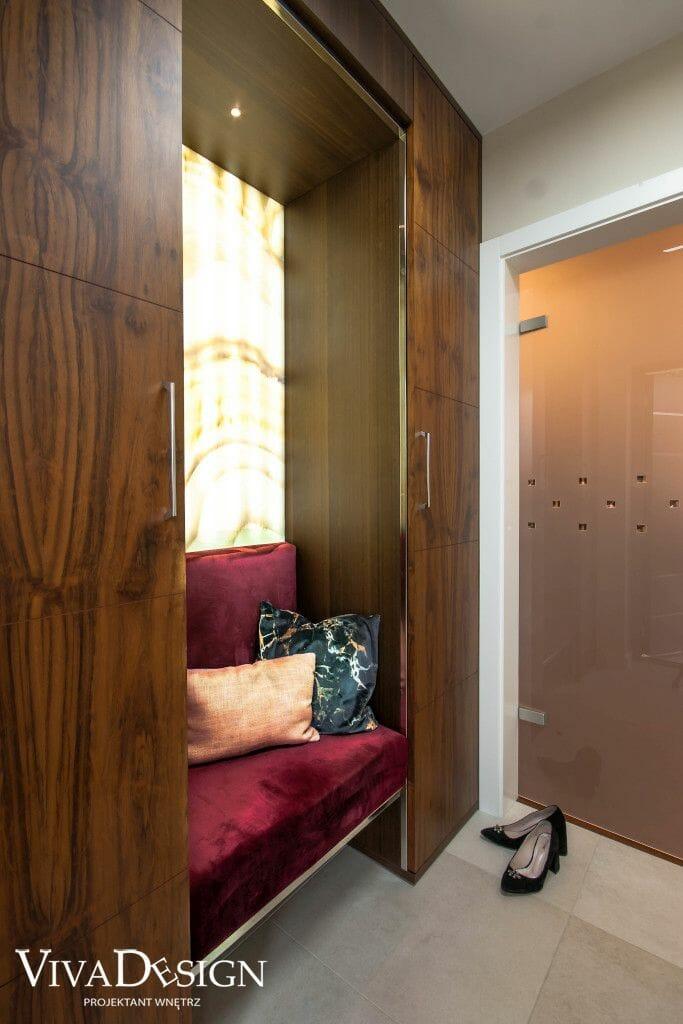 Zdjęcie szafy w wiatrołapie z siedziskiem, miejscem na buty oraz podświetlanym onyksem w plecach siedziska, Krakow, architekt wnętrz, Warszawa, projekty wnętrz, projektowanie wnetrz, projektant wnętrz