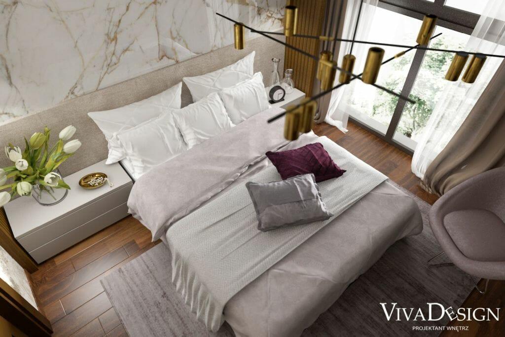 Sypialnia, widok z góry na łóżko, ścianę z płytki imitującej marmur Marazzi Grande Marble Look Golden White 160x320 Lux M105 Lux Rett, Fotel Center 82x79 cm brudny róż, Dywan z wiskozy Jane, kolor liliowy, ściana wokół łóżka fornirowana, złota lampa na suficie QUPET mini 17 LED M930 36° zwieszany złoty struktura 50525-M930-F1-00-19